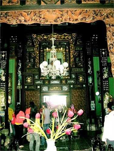 Gian chính đều được gia chủ sơn son, thếp vàng đẹp mắt. Các vật dụng trang trí hài hòa giữa hai yếu tố Đông - Tây, tạo nên sự khác biệt cho ngôi nhà.