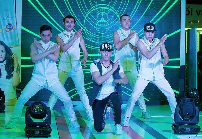 Mở đầu chương trình, Lâm Vinh Hải và các vũ công mang đến màn nhảy múa vô cùng sôi động.