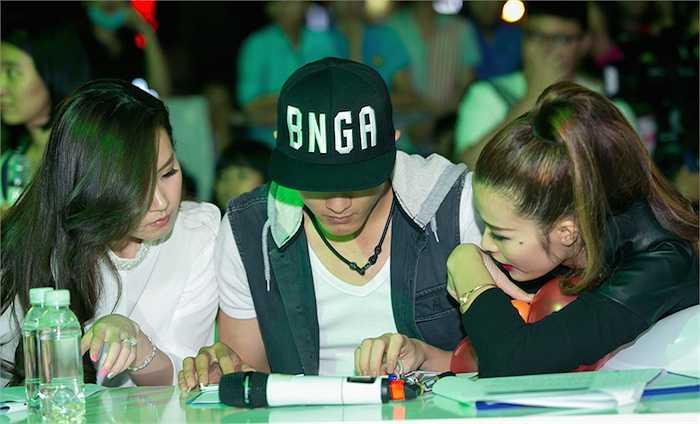Bộ ba giám khảo đã phải bàn bạc rất lâu để tìm ra người tài năng nhất để trao giải thưởng.