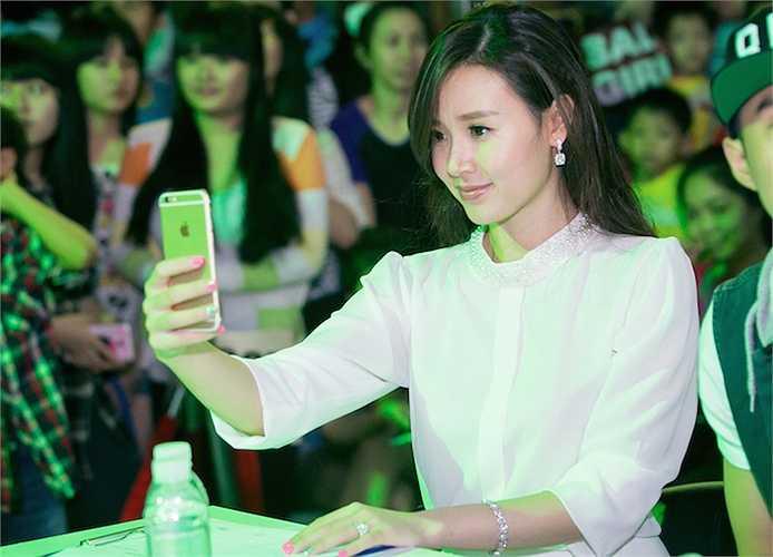 Nữ diễn viên Midu cũng tranh thủ chụp ảnh 'tự sướng' trên ghế giám khảo.