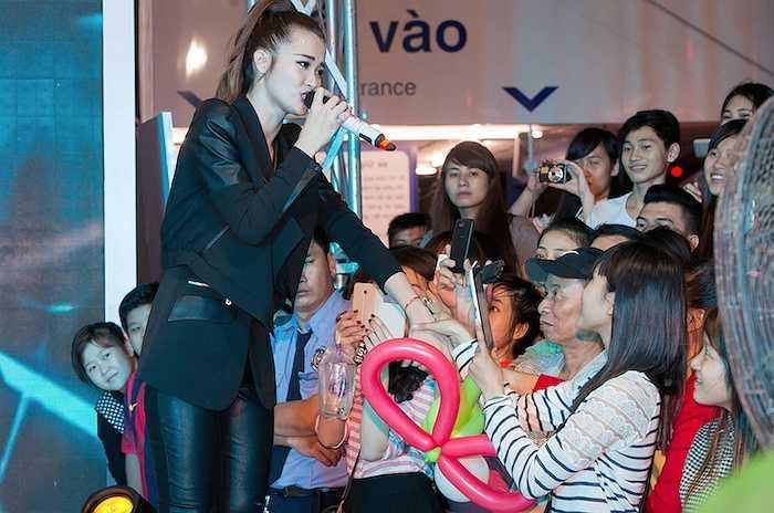 Nữ ca sỹ rất tích cực giao lưu với khán giả.
