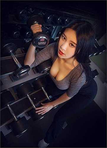 Tuy còn là sinh viên nhưng với lợi thế ngoại hình, chiều cao khá chuẩn, Fan Ling thường xuyên hoạt động nghệ thuật như làm người mẫu ảnh, người mẫu game và cũng đã thử sức với lĩnh vực ca hát.