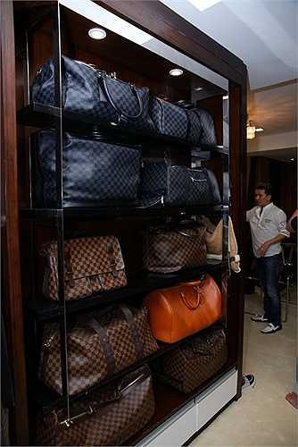 Những chiếc túi xách hàng hiệu này được anh mua ở nhiều quốc gia khác nhau nhân các chuyên lưu diễn hay du lịch.