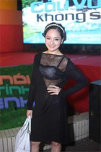 Tối qua (16/3), rất nhiều sao Việt đã có mặt tại buổi ra mắt bộ phim 'Cầu vồng không sắc'. Lan Phương chọn một thiết kế lưới cắt xẻ táo bạo vô cùng gợi cảm.