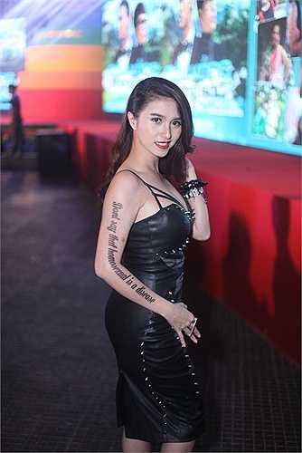 Việt My cũng diện một chiếc đầm da ôm sát khoe đường cong.