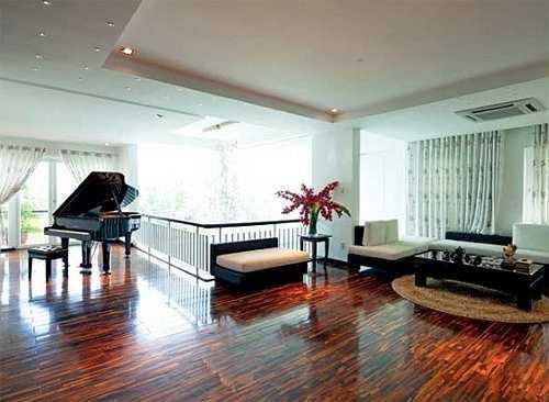 Nữ ca sỹ rất hài lòng với căn nhà chủ yếu được trang trí bằng gam màu trắng nhẹ nhàng, nữ tính.