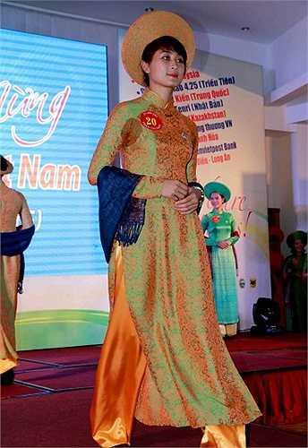 Các cô gái không chỉ tham gia tranh tài bóng chuyền mà còn đọ dáng trong những bộ trang phục áo dài truyền thống của nước chủ nhà VIệt Nam