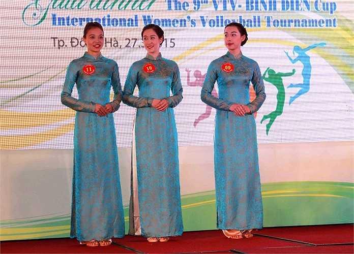 Đội Trung Quốc đằm thắm trong tà áo dài truyền thống Việt Nam