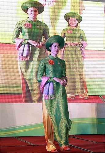 Tất cả đều đẹp mặn mà trong tà áo dài Việt Nam