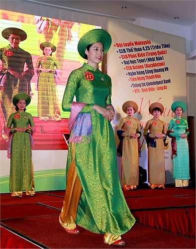 Không kém cạnh nhan sắc Việt, các cô gái Kazakhstan, Malaysia, Nhật Bản, Triều Tiên và Trung Quốc cũng mặn mà trong quốc phục của phụ nữ Việt Nam.