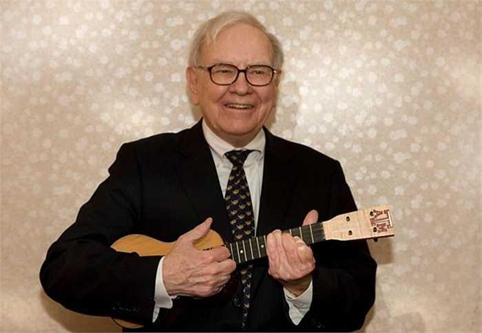 2. Warren Buffett: Tỷ phú nổi tiếng này lại thích chơi đàn ukulele. Rất nhiều nhạc cụ mà ông từng chơi đã trở thành đồ vật quý của nhiều nhà sưu tầm trên thế giới. Một chiếc ukulele có chữ ký của Buffett đã từng bán được hơn 11.000 USD.