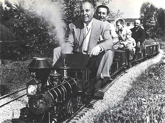 6. Walt Disney: Không có gì ngạc nhiên nếu ai đến Disneyland sẽ thấy Walt Disney có một tình cảm đặc biệt cho những mô hình xe lửa. Ngoài những mô hình trong công viên của mình, Disney còn có một mô hình rất lớn trong văn phòng và một đoàn tàu hơi nước nhỏ trong sân sau nhà mình.