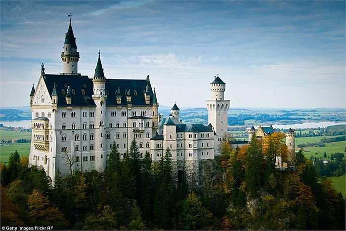 Lâu đài Neuschwanstein nằm giữa một khu rừng tươi tốt ở Đức và được biết đến như một nguồn cảm hứng cho tòa lâu đài xuất hiện trong bộ phim hoạt hình Người đẹp ngủ trong rừng của Walt Disney.