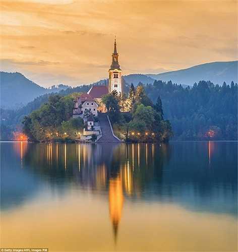 Hồ Bled ở Slovenia và một hòn đảo nhỏ kỳ lạ mọc lên ở chính giữa hồ. Trên đảo có một nhà thờ đẹp lung linh nóc cao gần 52m vốn là nơi ưa thích để làm lễ kết hôn của các cặp tình nhân.
