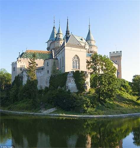 Lâu đài Bojnice, Slovakia mang nét đẹp lãng mạn của thời trung cổ từ thế kỷ 11 và đến nay vẫn là lâu đài huyền diệu nhất, trở thành điểm hẹn của những sự kiện về ma quỷ, phù thủy, và ma cà rồng.