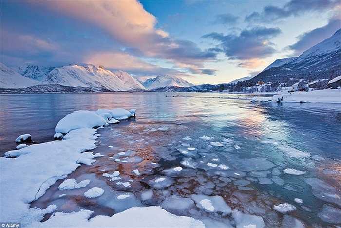 Na Uy: Đối với những người yêu thích khung cảnh trong bộ phim Frozen của Disney thì có thể đến ngay địa điểm ở ngoài đời thực đó là Na Uy với những ngọn núi phủ đầy tuyết trắng và hồ nước mà Anna và Elsa sống gần đó.