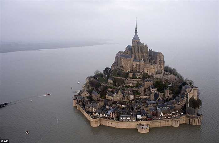Mont Saint-Michel là một trong những địa điểm được du khách đến thăm quan nhiều nhất tại Pháp. Tại đây có tu viện Gothic đẹp ấn tượng với những bức tường cao