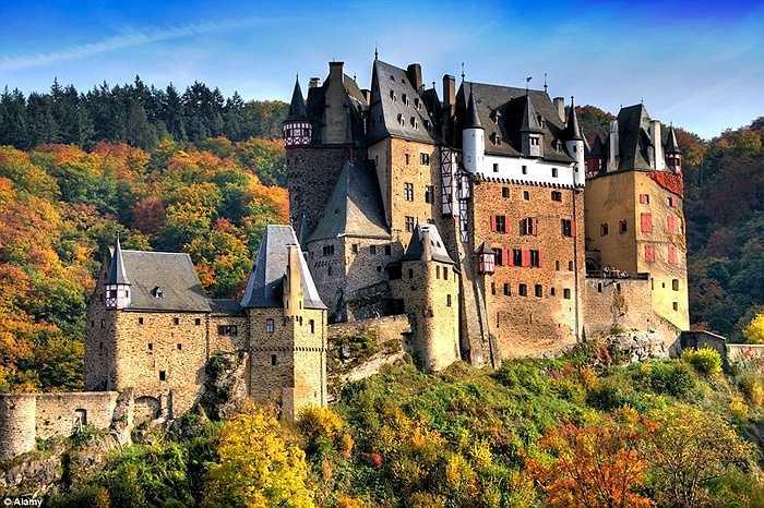 Lâu đài Eltz 850 tuổi nằm bên sông Moselle ở Đức được bao phủ bởi những rừng thông mang vẻ đẹp tựa như ở chốn thần tiên. Vì vậy nơi đây cũng thường được các bạn trẻ lựa chọn làm lễ kết hôn của mình.