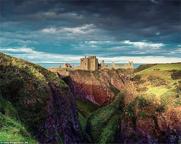 Lâu đài Dunnottar tại Scotland đã từng được lựa chọn là lâu đài cho bộ phim Brave của Disney, nằm trên một ngọn núi cao được bao bọc bởi rất nhiều ngọn núi cao và nhiều màu sắc khác.