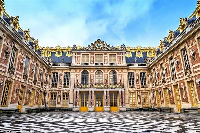 Cung điện Versailles luôn là cảnh quan đẹp cao quý theo kiểu hoàng gia và được trang bị vòi phun nước cùng nội thất sang trọng.  Lâu đài này là một trong những lâu đài lớn nhất trên thế giới, với khoảng 2.143 cửa sổ, 1.252 lò sưởi, và 67 cầu thang.