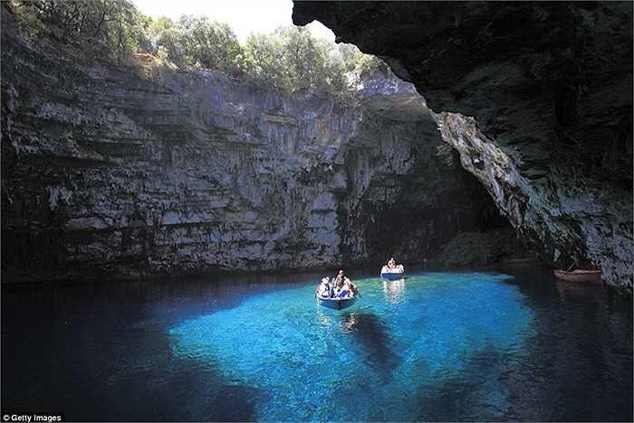 Hang động Melissani, Kefalonia, Hy Lạp: Vẻ đẹp thanh tao của những dòng chảy tự nhiên đã tạo nên vẻ đẹp độc đáo và kỳ bí cho hang động Melissani của Hy Lạp.