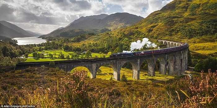 Cầu cạn Glenfinnan, Scotland: đây là địa điểm mang tới sự sống cho bộ phim Harry Potter. Bạn có thể nhớ những người bạn học của Harry và Ron bay một chiếc xe Ford Anglia trên Cầu cạn Glenfinnan để kịp trở lại trường học trong tập 'Cuốn sách bí mật'.