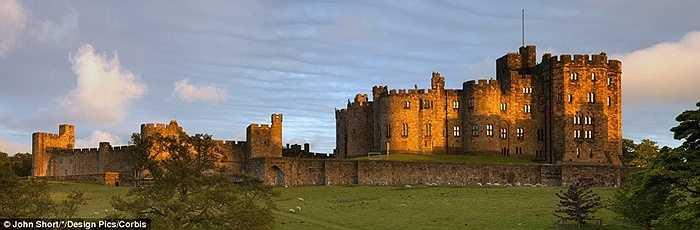 và Lâu đài Alnwick, England cũng là lâu đầu xuất hiện trong Hary Porter.