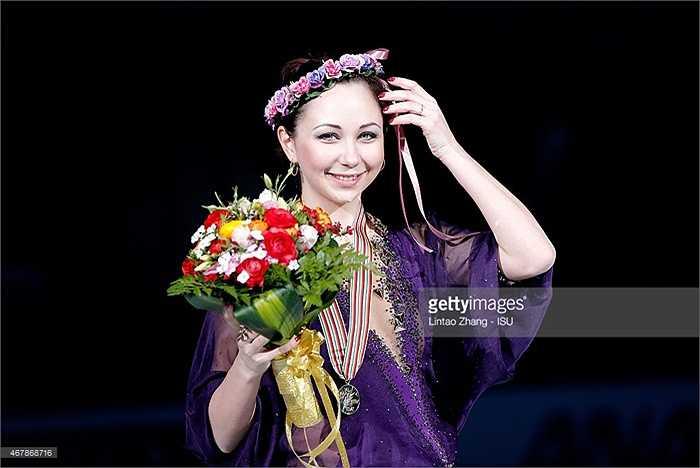 Ở bài biển diễn ngắn hôm 26/3, người đẹp Nga giành được 77,62 điểm vượt qua đồng hương Elena Radionova (69,51 điểm và Satoko Miyahara (67,02 điểm).