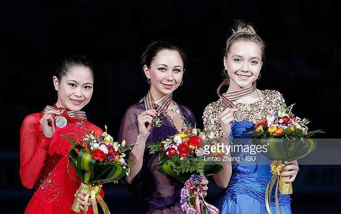 Satoko Miyahara (trái) của Nhật Bản giành ngôi Á quân với 193,6 điểm. Elena Radionova, đồng hương của Tuktamysheva (phải) giành HC đồng với 191,47 điểm.