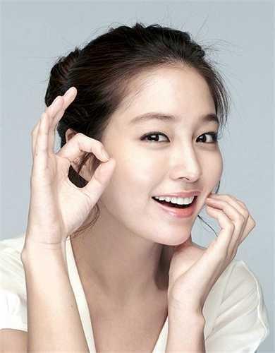 Người hâm mộ biết đến Lee Min Jung nhiều hơn từ khi cô kết hôn với tài tử Lee Byung Hun. Gia đình cô sở hữu một công ty quảng cáo lớn. Thậm chí, nhiều người còn ví von gia thế Lee Min Jung quả thực giống hệt vai cô tiểu thư nhà giàu mà nữ diễn viên từng thủ diễn trong phim Vườn sao băng (2009).