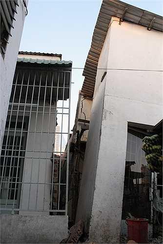 Hai căn này trước đây xây dính vào nhau nhưng từ hơn nửa năm nay căn bên phải đã nghiêng hẳn sang một bên. Chủ nhà dọn đi nơi khác sống, bên trong ngổn ngang gạch đá, xà cừ chống đỡ.
