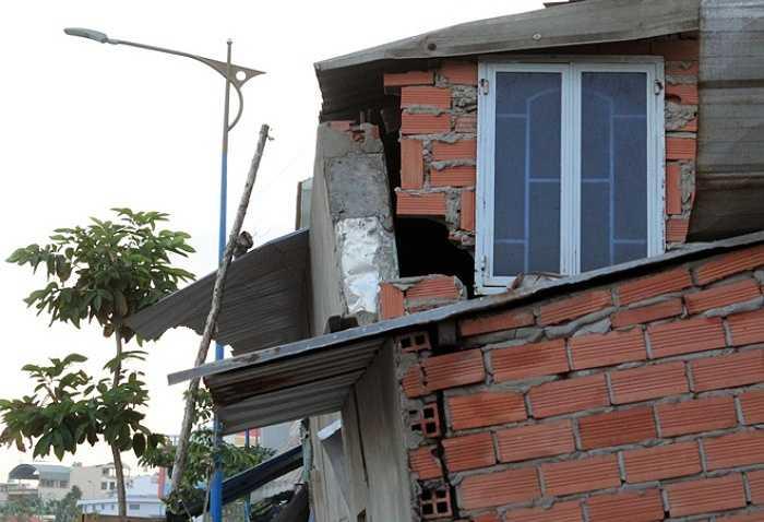 Người dân tại khu vực cho biết, từ khi đơn vị thi công cải tạo kênh Lò Gốm đóng xà cừ, móc đất lên thì nhà bắt nầu nứt, nghiêng dần sang một bên.