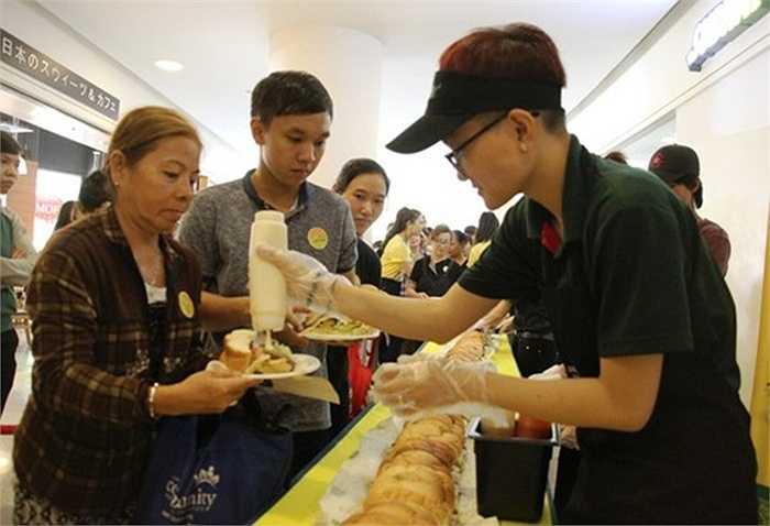 Rất nhiều người dân lao động, thu nhập thấp cũng tham gia xếp hàng chờ nhận bánh. Nhiều người cảm thấy vui vẻ vì được thưởng thức bữa trưa miễn phí trong không khí mát mẻ, trật tự.