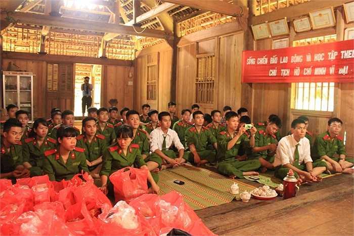 Cuối tuần qua, Chi đoàn bộ môn Mác-Lênin và 40 học viên Học viện Cảnh sát Nhân dân đã có chuyến thiện nguyện hướng về trẻ em dân tộc thiểu số ở vùng Lang Chánh (Thanh Hóa)
