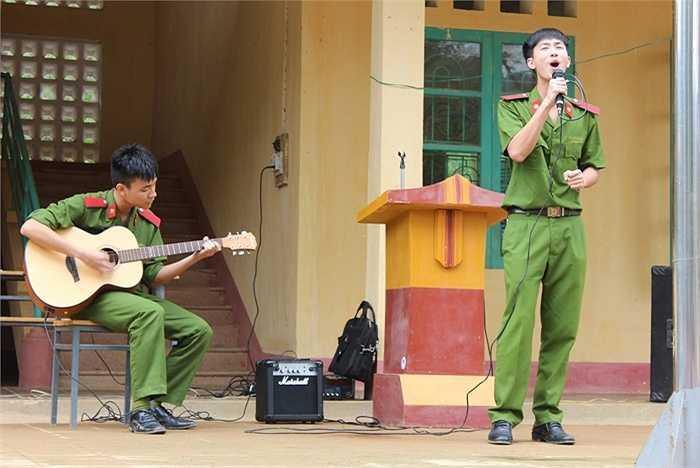 Các học viên cảnh sát tài năng có dịp trổ tài ca hát trước hàng trăm em học sinh