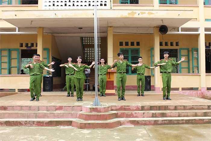 Tiết mục nhảy đến từ CLB Dân vũ được sự cổ vũ nhiệt tình từ các học sinh, giáo viên trong trường.