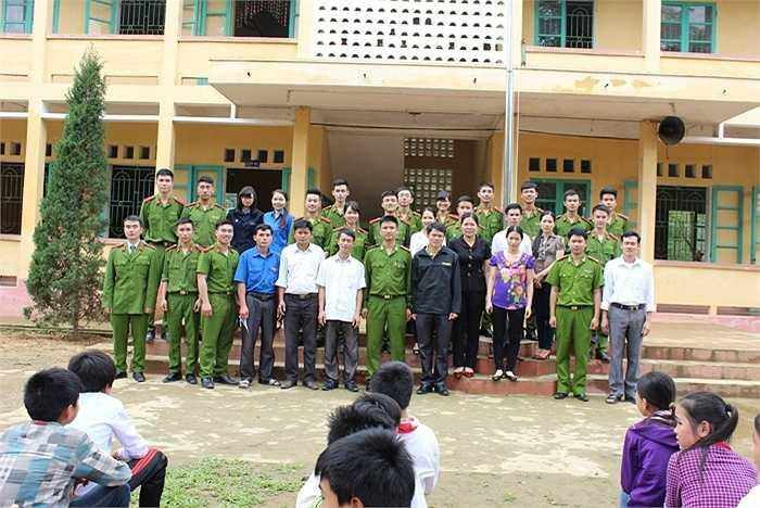 Câu lạc bộ cùng thầy cô giáo trường Tiểu học Tam Văn chụp ảnh kỷ niệm tại trường.