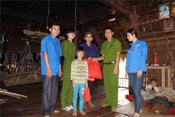 Đại diện của Học viện Cảnh sát cùng Đoàn xã đến thăm hỏi, tặng quà gia đình học sinh có hoàn cảnh khó khăn, học giỏi.