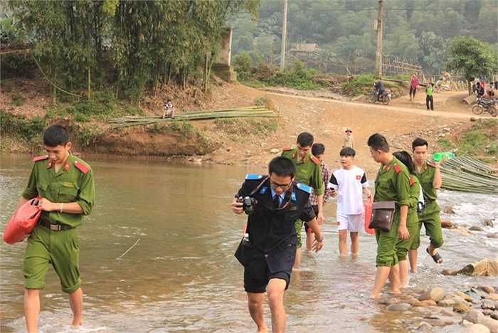 Hành trình vượt suối tìm đến gia đình học sinh.