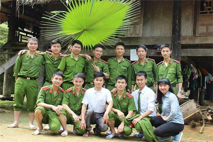 Sự nhiệt tình của các thầy giáo và học viên Cảnh sát đã nhận được sự đón tiếp tận tình từ xã Tam Văn và người dân ở bản.