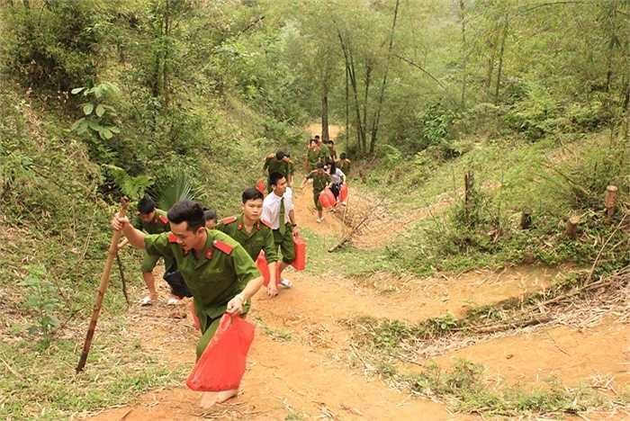 Các chiến sỹ không quản ngại khó khăn, trèo đèo lội suối để đến thăm hỏi, động viên gia đình học sinh.