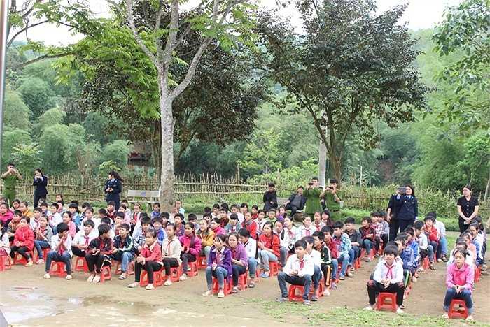Học sinh trường Tiểu học xã Tam Văn chăm chú lắng nghe các anh, chị học viên Cảnh sát tuyên truyền văn hóa giao thông.