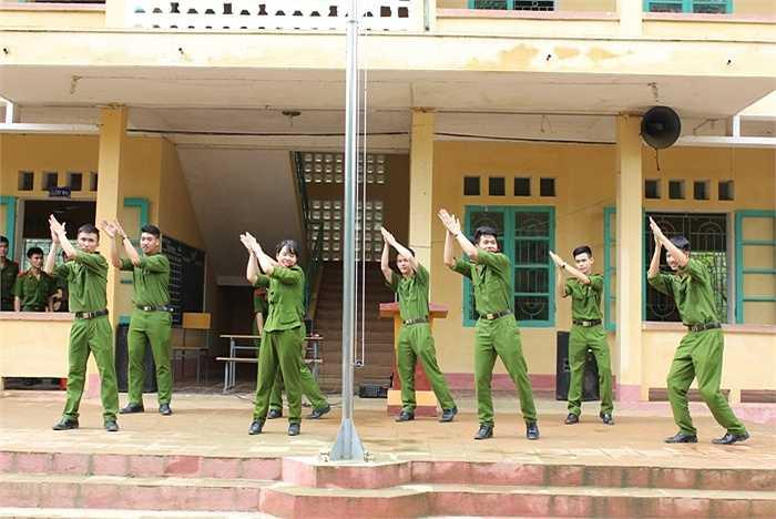 Tiết mục nhảy dân vũ sôi động của sinh viên cảnh sát