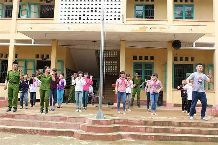 Các học viên tập nhảy dân vũ cùng học sinh.