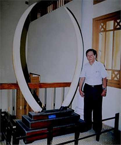 Một chiếc dài 1,9 mét, chiếc còn lại dài 2,2 mét, đây là cặp ngà voi dài nhất Việt Nam. Khi biết cựu phú họ Dương mua được cặp ngà voi 'khủng', công tử Bạc Liêu từng cho người lên Cần Thơ đánh tiếng hỏi mua lại với giá gấp đôi nhưng không được. Trong hình là ông Dương Minh Hiển (hậu duệ đời sau của dòng họ) bên cặp ngà voi, hiện được trưng bày tại bảo tàng Lịch sử TP HCM.
