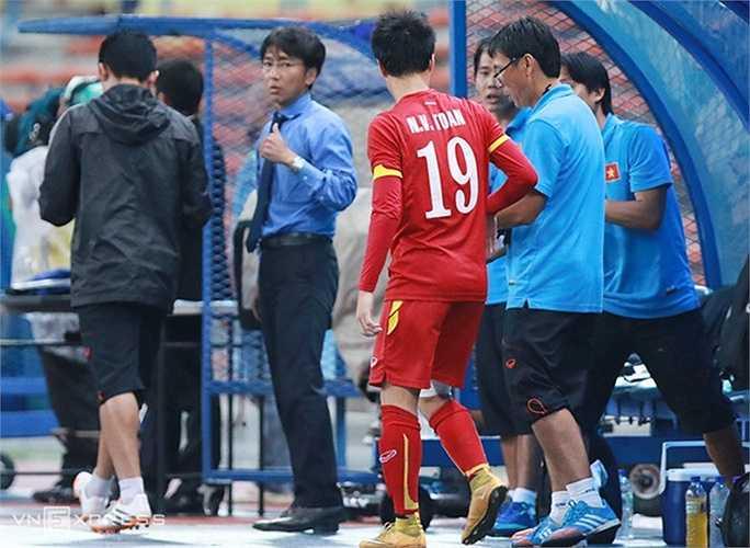 Khi trận đấu bước vào phút bù giờ, HLV Miura định đưa Văn Toàn vào sân để câu giờ
