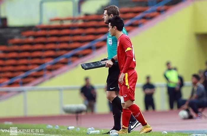 Văn Toàn sau đó vẫn được trọng tài bàn cho phép vào sân