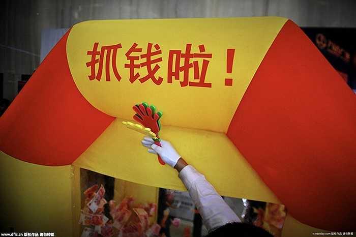 Một công ty bất động sản ở Quảng Châu (Trung Quốc) vừa tổ chức cuộc thi bốc tiền may mắn hàng năm