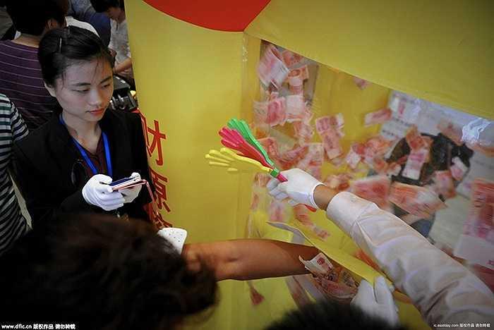 Những người tham dự sẽ có khoảng thời gian nhất định để cho tay vào một cái hộp trong đó chứa nhiều tiền và nhặt tiền