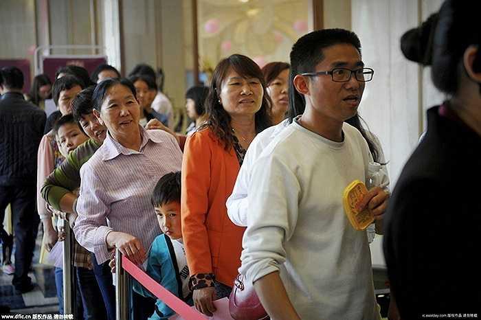 Số lượng khách hàng mua nhà ngày một đông đã xếp hàng để tham dự trò chơi này